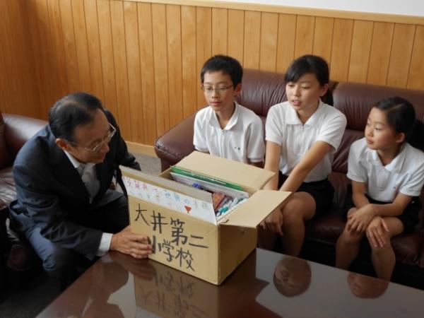 代表児童が教育長へ文房具を手渡しました。